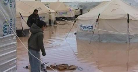 مئات الخيام أغرقتها السيول في مخيم الزعتري بالأردن للاجئين السوريين