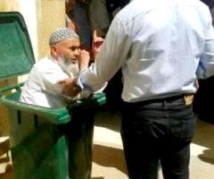 """رجل مسن يحشر جسده داخل """"قمامة""""احتجاجا منه على موظف بمقاطعة وصفه بـ""""الزبل"""""""