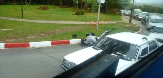 إنهارت أخلاقنا…. فتاة يغمى عليها وسط الطريق بالرباط والسيارات تمر بجوارها دون اكثرات
