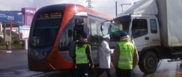 حادثة إصطدام أخرى صبيحة هذا اليوم بين 'الترامواي' وشاحنة !