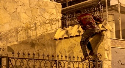 المهاجرين الأفارقة يشنون هجوم كاسح على سياج مليلية المحتلة