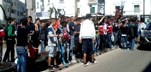 سييمبري بالوما تقوم بوقفة أمام المحكمة الإبتدائية إحتجاجا على إعتقال أحد أعضائها