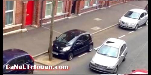 بالفيديو.. معاناة سيدة تحاول ركن سيارتها لفترة تتجاوز 30 دقيقة