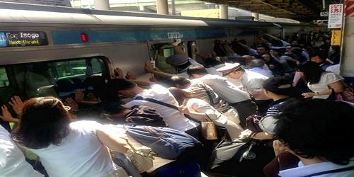 يابانيون يرفعون قطار من أجل إنقاذ إمرأة