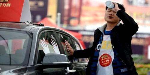 صيني يلصق يده في سيارة 87 ساعة ويفوز بها