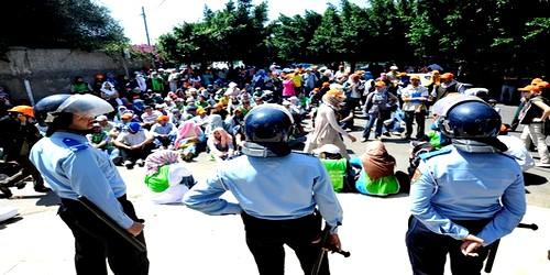 معاقون معطلون يحتجون أمام سكن رئيس الحكومة بنكيران