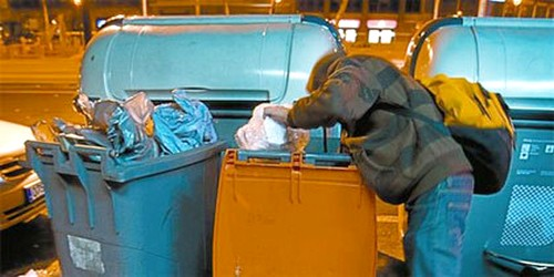 صور فيسبوكية لمغاربة وإسبان يْقَتاتون من النفايات.. تثير الشّفقة