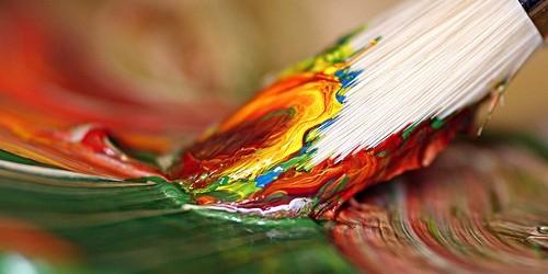 لمياء تشكيلية من تطوان تتحدى إعاقتها الحركية وتبدع لوحات آسرة تثير الاعجاب