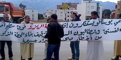 """وقفة استنكارية من سكان بوسافو ضد إقامة """"دافعة ريزو"""" بزنقة الفستق"""