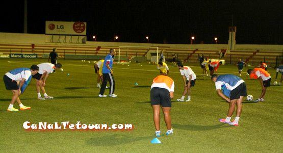 فريق المغرب التطواني يخوض حصة تدريبية ليلة الثلاثاء بحضور كل اللاعبين (صور)