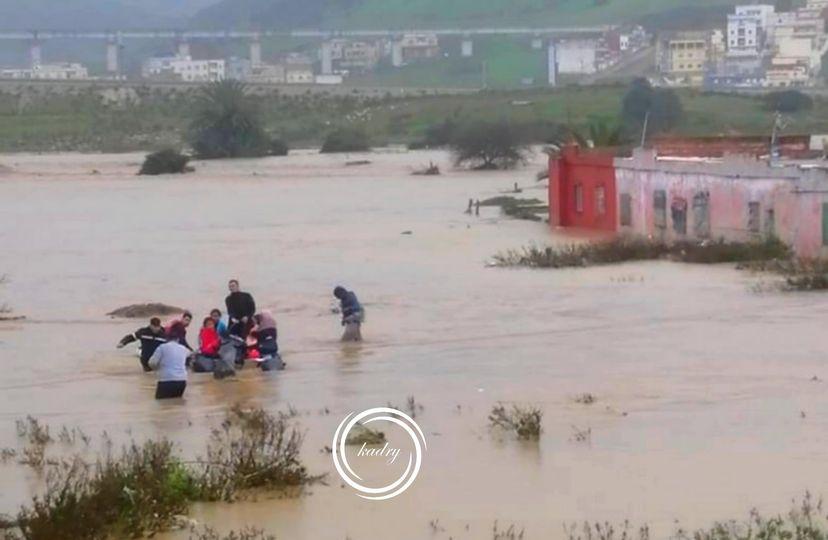 """السيول تغمر مدينة """"القصر الصغير"""" وانقاذ عدد كبير من المواطنين"""