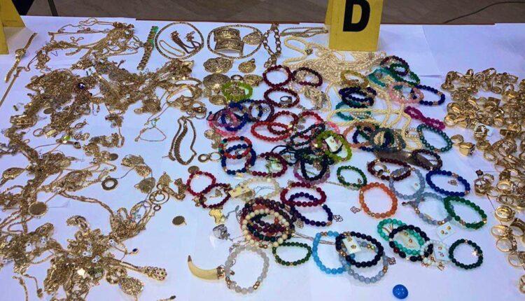 توقيف شخصين بطنجة لتورطهما في عملية سرقة من داخل محل لبيع الحلي والمجوهرات